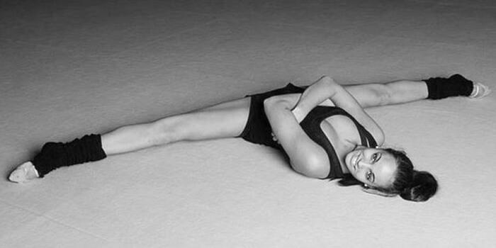шпагат лежа на полу