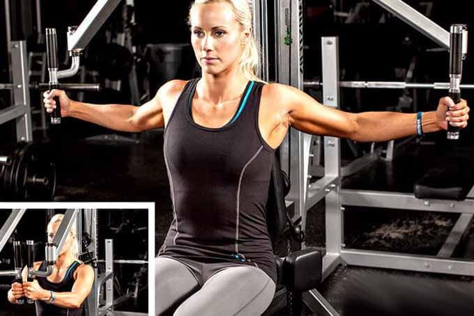 Упражнение Бабочка на тренажере для женской груди