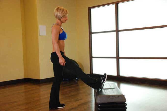 Растяжка мышц в положении наклона стоя