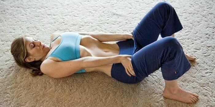 Разглаживание нижней части спины относительно пола